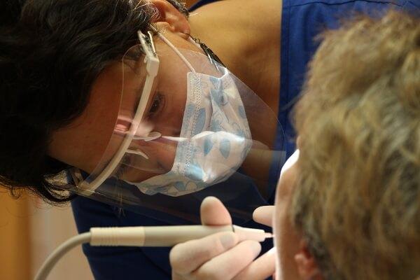 professionelle Zahnreinigung in Sopron im Zahnarztpraxis Dr. Cziner